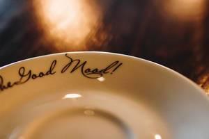 Nahaufnahme eines Tellers mit Beschriftung. Good mood
