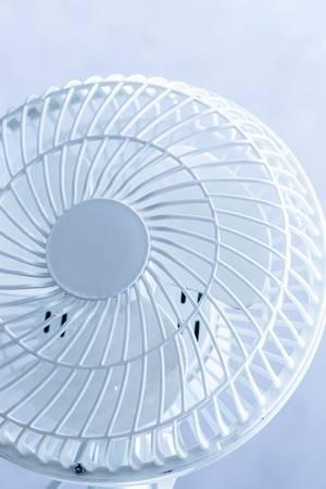 Nahaufnahme eines Ventilators vor hellem Hintergrund