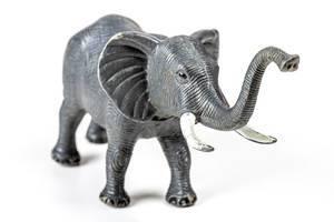 Nahaufnahme: Elefantenspielzeug auf weißem Hintergrund