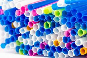 Nahaufnahme farbige Plastik-Strohhalme von vorne für Fruchtsäfte und andere Getränke