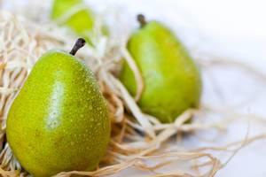 Nahaufnahme frisch gepflückter Birnen