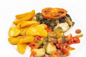 Nahaufnahme - gegrillter Schwertfisch mit Wedges Kartoffeln und Gemüse auf einem Teller
