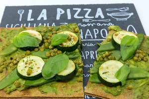 Nahaufnahme - Gesunde Vegan-Pizza mit low carb Boden