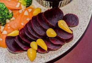 Nahaufnahme gesunde vegetarische Platte mit roter Bete, Karotten und Brokkoli