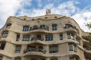 Nahaufnahme Haus Casa Milà von Architekt Antoni Gaudi erinnert an Friedrich Hundertwasser nahe des Placa del Cinq d