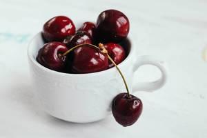 Nahaufnahme: Kirschen in einer Tasse