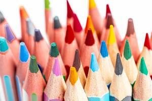 Nahaufnahme / Macrobild von aufrechtstehenden Buntstiften in vielen Farben
