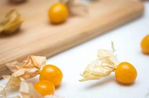 Nahaufnahme Physalis-Früchte auf weißem Hintergrund
