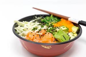 Nahaufnahme  - Poke Bowl Lachs Teriyaki - mit Sushireis, Lachs, Avocado, Krautsalat, Wakame Salat, Wasago, Nori, Teriyaki-Sauce, Soja-Sauce, Sesam und Schnittlauch