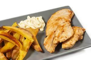 Nahaufnahme saftig gebratene Hähnchenbrust mit hausgemachte Pommes Frites und Mayonnaise