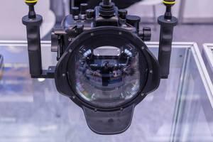 Nahaufnahme Unterwassergehäuse für Kamera mit Halte- und Stabilisierungsgriffen und Fisheye