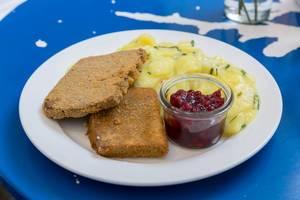 Nahaufnahme von bio-seitan Wiener Schnitzel im Augustin