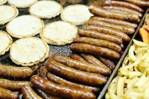 Nahaufnahme von Bratwurst und Pitabrot