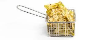"""Nahaufnahme von bunten, veganen Chips """"Vaya Bohnen-Salz-Snack"""" von Zweifel, in einem Frittierkorb"""