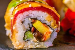 Nahaufnahme von dekorativem Sushi mit Lachs, Avocado, Käse und Kaviar