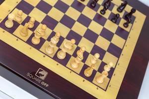 """Nahaufnahme von dem weltweit klügsten Schachbrett """"Square Off"""" für anspruchsvollen E-Sport via App am Smartphone steuerbar"""