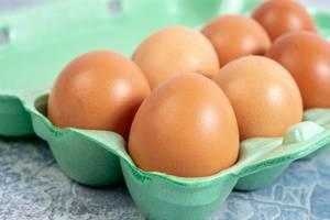 Nahaufnahme von Eiern in einem Karton