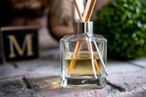 Nahaufnahme von einem Aroma-Flakon mit Duftstäbchen