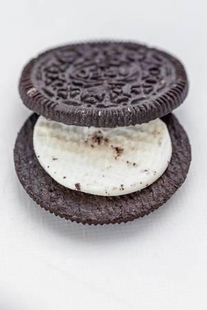 Nahaufnahme von einem Oreo Keks mit Vanille Füllung im weißer Hintergrund