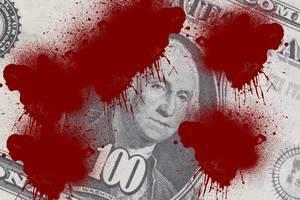 Nahaufnahme von einem US-Dollar-Schein mit blutähnlichen roten Flecken