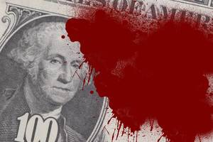 Nahaufnahme von einem US-Dollar-Schein mit einer großen Blutflecke