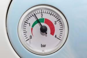 Nahaufnahme von einer Barometer-Druckskala an einem Gasboiler