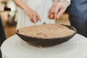Nahaufnahme von einer Schüssel Gerstensamen auf einer Hochzeit