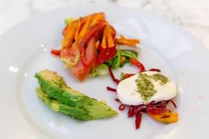 Nahaufnahme von einer vegetarischen Mahlzeit mit Avocado und Mozzarella