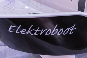 Nahaufnahme von Elektroboot Aufschrift auf Replika für Fahrten ohne Bootslizenz