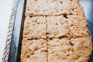Nahaufnahme von frisch gebackenen hellen Brownies in Backform