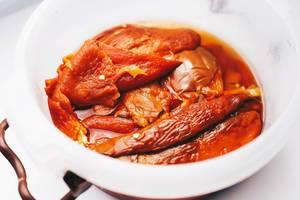 Nahaufnahme von gegrilltem, rotem Paprika