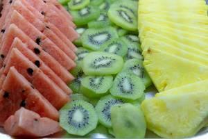 Nahaufnahme von geschnittenen Früchten - Kiwi, Ananas und Wassermelone