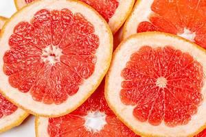 Nahaufnahme von Grapefruitscheiben vor weißem Hintergrund