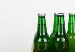 Nahaufnahme von grünen Bierflaschen