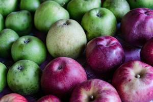 Nahaufnahme von grünen und roten Äpfeln