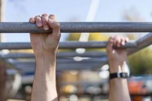 Nahaufnahme von Händen während eines Workouts - Klimmzüge