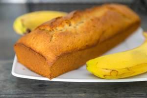 Nahaufnahme von hausgemachtem knusprigem Bananenbrot auf einem weißen Teller