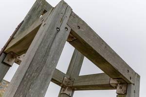 Nahaufnahme von Holzkonstruktion am Stand von Zandvoort in den Niederlanden