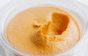 Nahaufnahme von Hummus mit Kürbis. Gesunde Nahrung