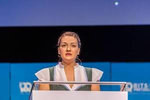Nahaufnahme von Judith Gerlach (CSU) während ihrem Vortrag über technischen Fortschritt in Bayern
