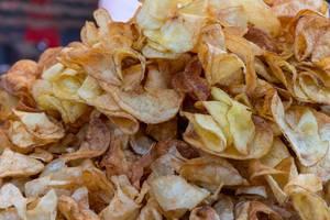 Nahaufnahme von Kartoffelchips am Rathausplatz