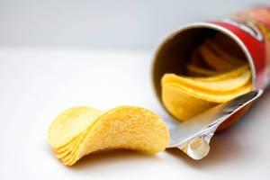 Nahaufnahme von Kartoffelchips vor weißem Hintergrund