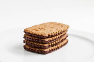 Nahaufnahme von Keksen mit Schokolade und Haferflocken