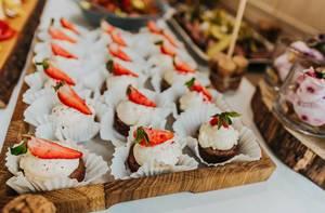 Nahaufnahme von kleinen Erdbeer-Cupcakes