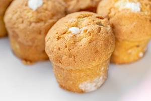 Nahaufnahme von kleinen Muffins gefüllt mit weißer Créme