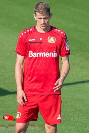 Nahaufnahme von Lars Bender in rotem Spielertrikot auf dem Fußballplatz