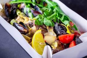 Nahaufnahme von Meeresfrüchtesalat mit Muscheln, Rucola und Gemüse