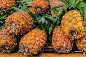 Nahaufnahme von mehreren Ananas mit grünen Blättern