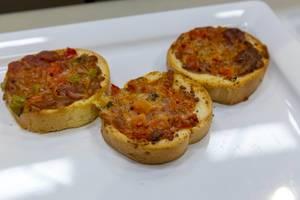 Nahaufnahme von Mini-Bruschette mit Käse, Salami und Paprika auf dem BarCamp in Bonn