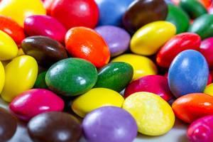 Nahaufnahme von mit bunter Glasur überzogenen Schokoladebonbons